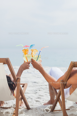 Couple clinking glasses of cocktailの写真素材 [FYI00488196]