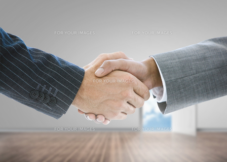 Close up of businessmen shaking handsの写真素材 [FYI00488197]