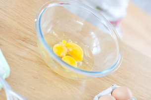 Close up of eggs in the kitchenの素材 [FYI00488206]