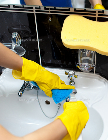Close up of a woman cleaning a bathrooms sinkの素材 [FYI00488230]