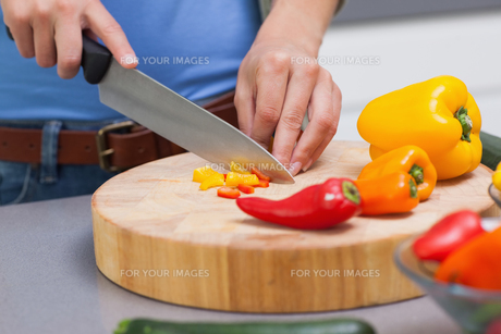 Close up of hands cutting vegetablesの写真素材 [FYI00488235]