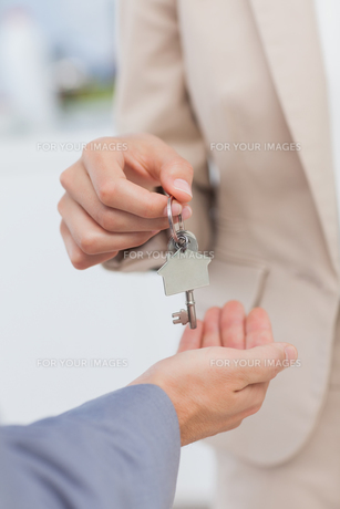 Estate agent giving house keyの写真素材 [FYI00488239]