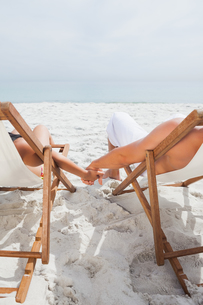 Cute couple lying on deck chairsの写真素材 [FYI00488242]