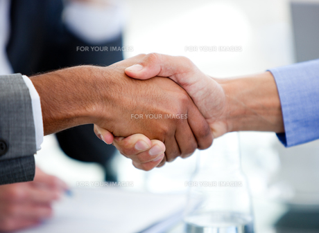 Close up of business partners shaking handsの素材 [FYI00488249]