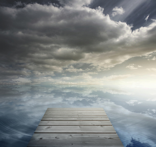 Wooden bridge leading to horizonの写真素材 [FYI00488251]