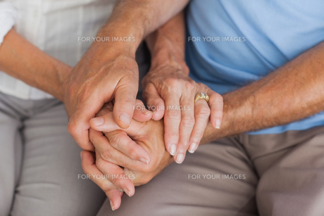 Elderly couple holding handsの写真素材 [FYI00488260]