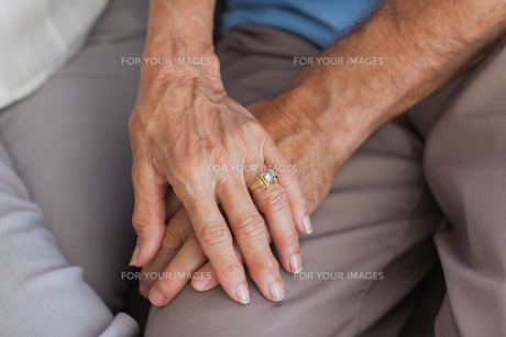 Close up of couple holding handsの写真素材 [FYI00488271]