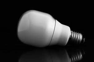 Energy saving bulb laying on its sideの素材 [FYI00488297]