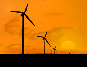 Wind turbines with a sunsetの写真素材 [FYI00488298]