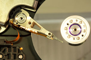Close up of spindle of disk driveの素材 [FYI00488302]