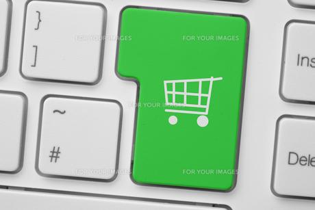 Green trolley button on keyboardの写真素材 [FYI00488321]