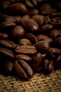 Mound of coffee beansの素材 [FYI00488341]
