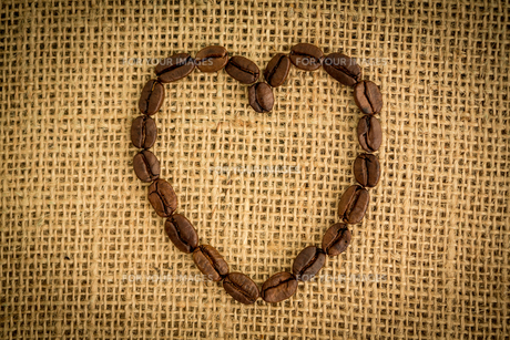 Heart made out of coffee beansの写真素材 [FYI00488342]