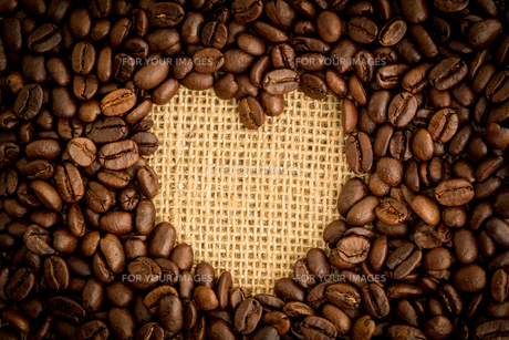 Heart indent in coffee beansの写真素材 [FYI00488352]