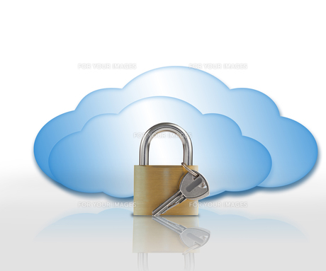 Padlock and blue cloudsの素材 [FYI00488353]