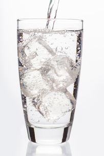 Close up on sparkling water filling a glassの素材 [FYI00488361]
