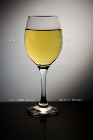 Wine glass full of white wineの素材 [FYI00488363]
