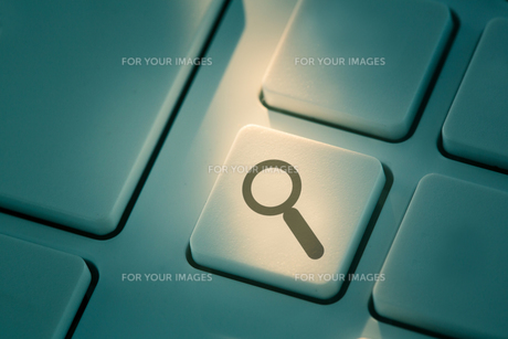 Black maghifying glass button on keyboardの写真素材 [FYI00488364]