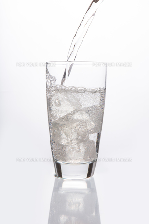 Sparkling water pouring into glassの素材 [FYI00488366]