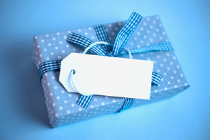 Blue gift wrapped box with blank tagの写真素材 [FYI00488371]