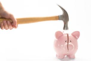 Hammer breaking piggy bankの写真素材 [FYI00488375]