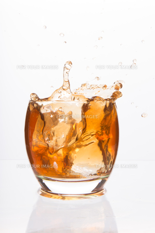 Tumbler glass with brown alcoholの写真素材 [FYI00488376]