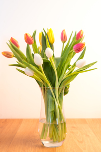 Vase of tulips on wooden tableの写真素材 [FYI00488378]