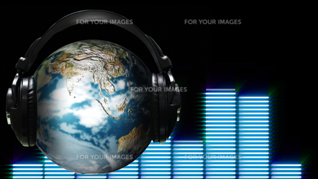 Ear Phones and ear Piece around a Globeの写真素材 [FYI00488380]