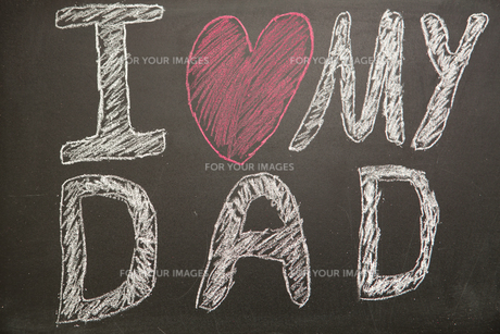 I love my dad message drawn on blackboard with chalkの写真素材 [FYI00488381]
