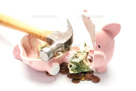 Piggy bank broken with money and hammerの写真素材 [FYI00488394]