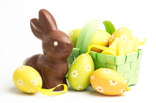 Easter eggs in a basket with chocolate bunnyの素材 [FYI00488400]