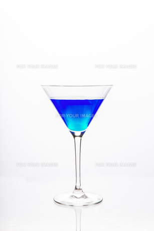 Cocktail glass with blue alcoholの素材 [FYI00488402]