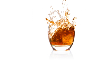Ice cube falling into glass of whiskyの写真素材 [FYI00488413]