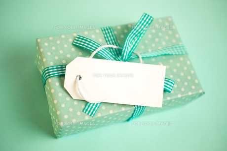 Green gift wrapped box with blank tagの素材 [FYI00488422]
