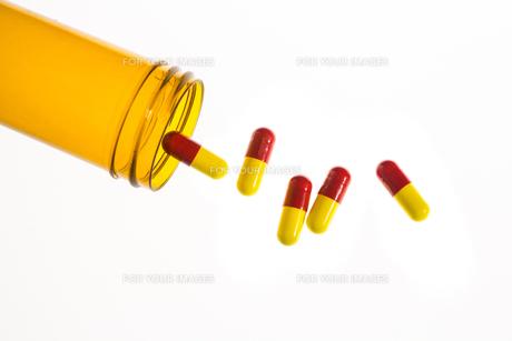 Jar of medicine spilling capsule tabletsの写真素材 [FYI00488429]