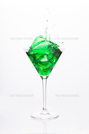 Cocktail glass with green alcoholの写真素材 [FYI00488435]