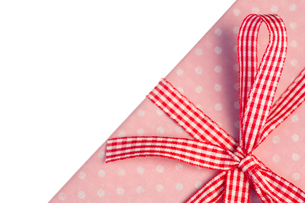 Pink gift wrapped present with gingham ribbonの素材 [FYI00488436]