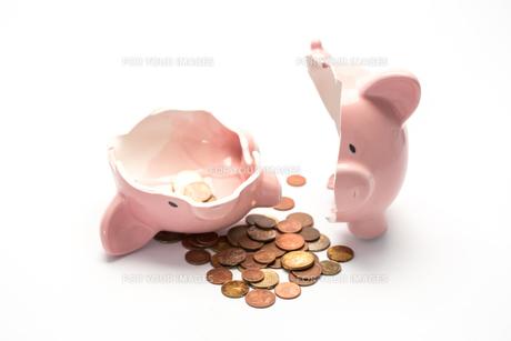 Piggy bank broken with moneyの素材 [FYI00488438]
