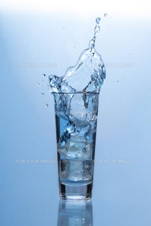 Ice cube fallingの素材 [FYI00488441]