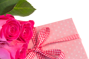 Pink roses leaning on pink polka dot wrapped presentの写真素材 [FYI00488448]