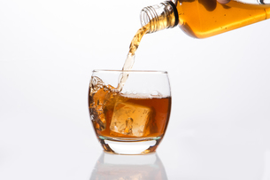 Whisky pouring into glassの写真素材 [FYI00488449]