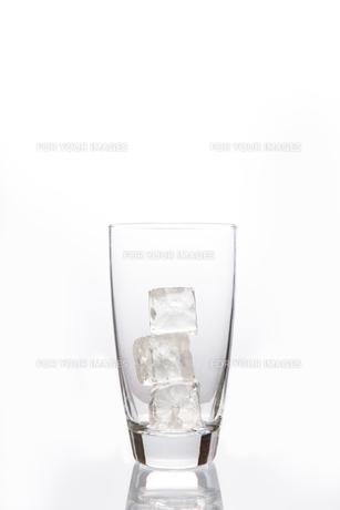 Empty glass with ice cubesの素材 [FYI00488450]