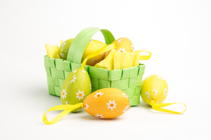 Easter eggs in a basketの素材 [FYI00488453]