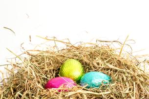 Three easter eggs nestled in straw nestの素材 [FYI00488455]