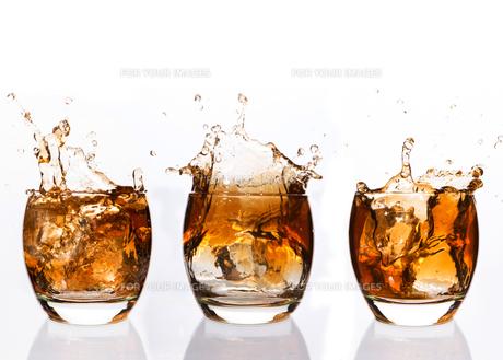 Serial arrangement of whiskey splashing in tumblerの素材 [FYI00488461]