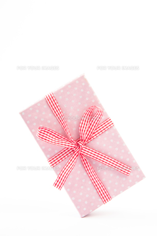 Pretty pink gift on a white backgroundの素材 [FYI00488467]