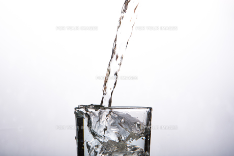 Close up on glass of waterの素材 [FYI00488468]