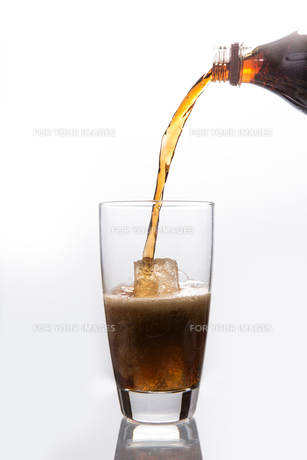 Soda pouring into glassの素材 [FYI00488478]