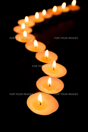 Candles lighting in a curved lineの素材 [FYI00488479]