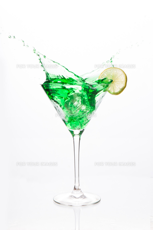 Cocktail glass with green alcohol and lemonの写真素材 [FYI00488480]
